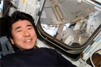 エンデバー号のフライトデッキにて土井宇宙飛行士