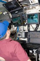 デスティニー内からSSRMSを操作し、船内実験室の取付け作業を行う星出宇宙飛行士