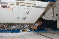 「きぼう」ロボットアーム制御ラックを船内実験室へ移設する星出宇宙飛行士