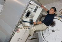 ロボットアーム制御ラックを船内実験室へ移設する星出宇宙飛行士