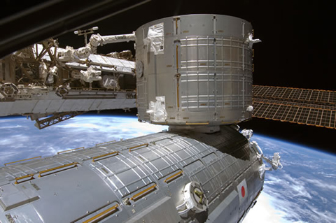 1Jミッションで船内実験室に移設された船内保管室(中央)