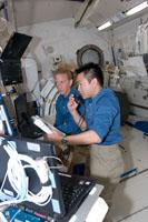 ロボットアーム操作卓で作業する星出、ナイバーグ両宇宙飛行士