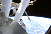 「きぼう」船内実験室の窓から見た景色(STS-124ミッション飛行8日目)