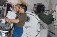 ロボットアームを操作する星出宇宙飛行士(提供:NASA)