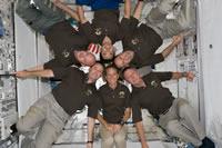 「きぼう」船内実験室内で記念写真を撮るSTS-124クルー