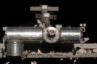 分離後にスペースシャトル・ディスカバリー号から撮影された「きぼう」船内実験室(中央左)、船内保管室(左下)(STS-124ミッション飛行12日目)(提供:NASA)