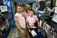 写真:デスティニーで作業する野口(左)、山崎(右)両宇宙飛行士