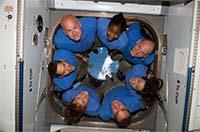 写真:ISSでのSTS-131クルー(出典:JAXA/NASA)