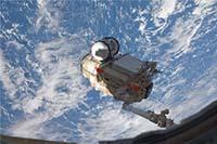 ISSのロボットアーム(SSRMS)により把持されるMRM1