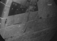 写真:OBSSを使用したディスカバリー号の機体の損傷点検