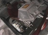 写真:レオナルドから物資を移送するクルー
