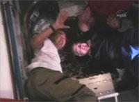 写真:レオナルド側のCBMのハッチを閉じた野口宇宙飛行士らクルー