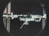 写真:分離後のディスカバリー号から撮影されたISS