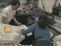 写真:観測用ラックを設置する様子(飛行6日目)