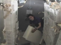 写真:物資の移送作業を行う山崎宇宙飛行士(飛行9日目)