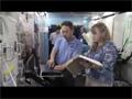 超音波検査装置の実技訓練を行う古川宇宙飛行士