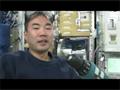 野口宇宙飛行士による細胞培養装置(CBEF)のファンの取外し