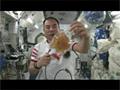ウーロン茶のパックを使って遠心力と慣性の法則を説明する野口宇宙飛行士