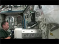 Neuro Rad実験のサンプルを保管する野口宇宙飛行士
