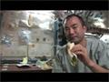 タコスを作り食す野口宇宙飛行士