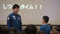 写真:会場の子供からの質問に答える大西宇宙飛行士