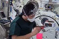 「きぼう」船内実験室タンパク質の4℃結晶化実験の結晶化開始操作を行う金井宇宙飛行士