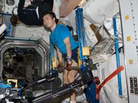 ISSのエクササイズ装置で運動する若田宇宙飛行士
