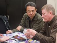 ISSの医療機器を確認する古川(左)、マイケル・フォッサム(右)両宇宙飛行士
