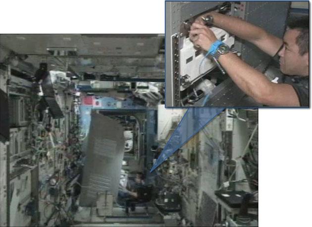 (左)空調/熱制御ラックを倒している状態。(右)ポンプ交換を実施