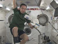 「きぼう」船内実験室で血圧を測定する古川宇宙飛行士