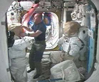 STS-124で使用する宇宙服の整備を行うリーズマン宇宙飛行士