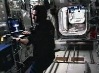 「コロンバス」(欧州実験棟)内で作業するグレゴリー・シャミトフ宇宙飛行士。写真奥は船内実験室のハッチ(提供:NASA)