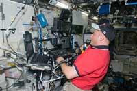 SSRMSを操作するフィンク宇宙飛行士(提供:NASA)