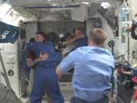 ISSに入室するSTS-126クルーと歓迎するISSクルー(提供:NASA)