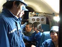 航空機無重力実験に参加した学生の様子(航空機内での装置調整)