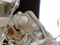 船外活動を行うロンチャコフ宇宙飛行士(提供:NASA)