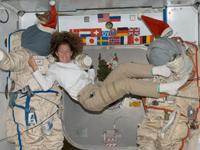 マグナス宇宙飛行士とクリスマスの仮装をしたロシアのオーラン宇宙服(提供:NASA)