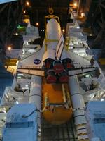 ETと結合されるディスカバリー号(提供:NASA)