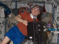AREDを持つフィンク宇宙飛行士(提供:NASA)