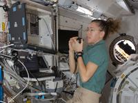 「きぼう」ロボットアームの操作を行うサンドラ・マグナス宇宙飛行士(提供:NASA)