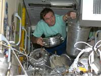 物品の整理を行うロンチャコフ宇宙飛行士(提供:NASA)