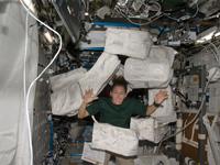 物品の整理を行うマグナス宇宙飛行士(提供:NASA)