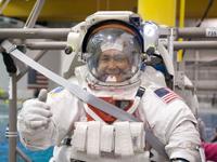 ミッションに向けた訓練で宇宙服を着用した若田宇宙飛行士