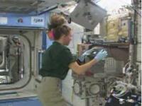 実験の準備を行うマグナス宇宙飛行士(提供:NASA)