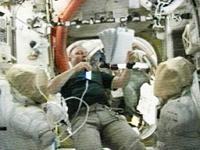 船外活動用工具と補給品の確認を行うフィンク宇宙飛行士(提供:NASA)