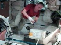 ロシアの船外活動に向けた作業を行うロンチャコフ宇宙飛行士(提供:NASA)