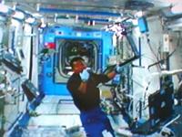 軌道上でDome Gene実験の準備を行う若田宇宙飛行士(提供:NASA)