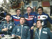 第18次、第19次長期滞在クルーとシモニー氏(右下)(提供:NASA)