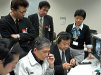 JAXAユーザー運用エリアにてデータ取得状況を見守る関係者