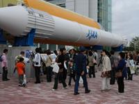 多くの来場者でにぎわう筑波宇宙センター